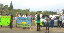 Local supporters of children fleeing violence as they arrive in Oracle Arizona. From Dave in AZ blogpost at Dailykos http://bit.ly/1pj8Ovw